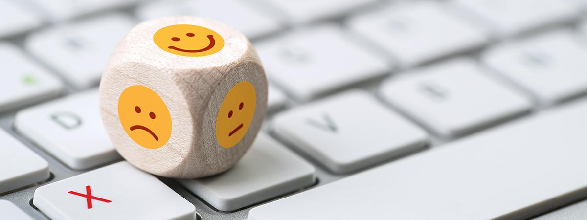 Kundenbefragung - Smiley Wuerfel auf Tastatur lang